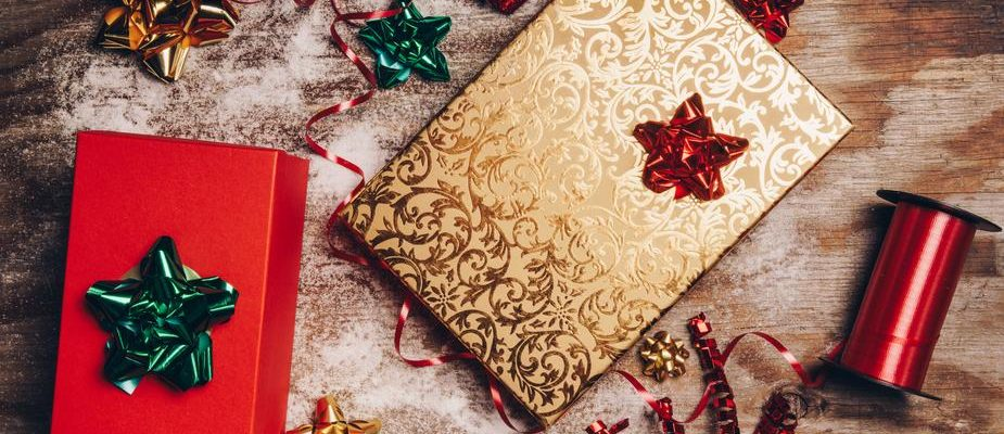 https://www.myhotelbreak.com/blog/wp-content/uploads/2018/09/wrapping-christmas-presents_925x-925x400.jpg