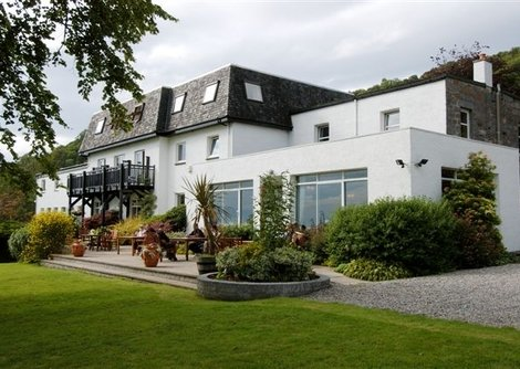 Onich Hotel is right on the lochside with views of loch and mountains in a true Scottish Highland setting in between Glencoe and Fort William